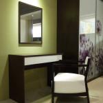 Toaletní stolek se zrcadlem k posteli Miu